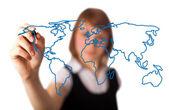 Kadın bir beyaz tahta 3 dünya harita çizim — Stok fotoğraf