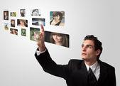 Mężczyzna wybierając zdjęcia — Zdjęcie stockowe
