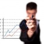 zakenman tekening van een grafiek op een scherm van glas — Stockfoto