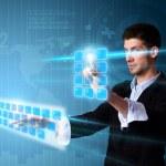 Человек, нажав современных сенсорных кнопок экрана с голубой технологии — Стоковое фото
