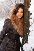 Красивая девушка в парке в зимний период — Стоковое фото