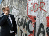 Man in front of Berlin Wall — Stock Photo