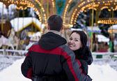 Feliz pareja mirando carrusel — Foto de Stock