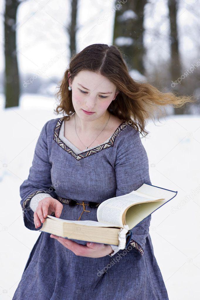 El Ocaso del Viajero Depositphotos_5080745-stock-photo-girl-in-medieval-dress-reading