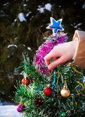 Kerstboom versieren — Stockfoto