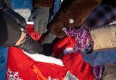 Ruce drží tašku s vánoční dárky — Stock fotografie