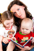 Mother reading to her children — Stockfoto