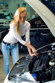 Young woman at broken car — Stock Photo