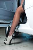 Hübsche frau im auto — Stockfoto