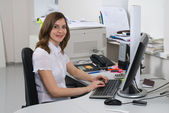 Geschäftsfrau mit computer — Stockfoto