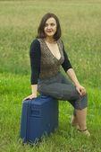 Vrouw met koffer — Stockfoto