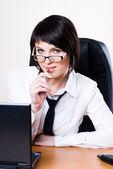 деловая женщина с ноутбуком — Стоковое фото