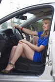 Jovem mulher em um carro — Foto Stock