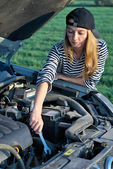 Young Blond Woman With Her Broken Car — Stockfoto