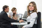 Affärskvinna med team — Stockfoto