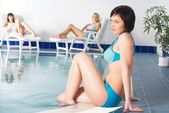 Jovem mulher perto da piscina — Foto Stock