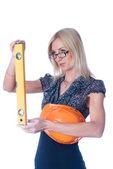 Vrouw in helm met niveau — Stockfoto