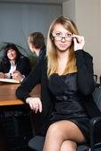 Mulher de negócios com a sua equipa — Foto Stock