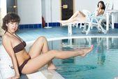Kız havuzu yakınlarında — Stok fotoğraf