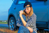 Young Blond Woman With Her Broken Car — Foto Stock