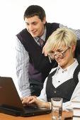 Equipe de negócios com computador portátil — Fotografia Stock