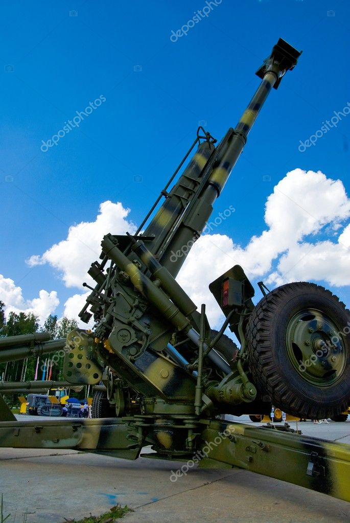 Howitzer at military exhibition in Nizhniy Tagil, Russia — Stock Photo #4973872