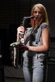 Frau mit saxophon — Stockfoto