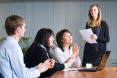 Frau, dass eine business-präsentation — Stockfoto