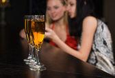 Junge frauen in einer bar — Stockfoto