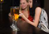 Young women in a bar — Stockfoto