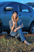 Young Blond Woman With Her Broken Car — Стоковое фото