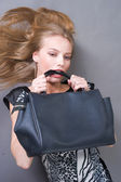 Sexig fashionabla kvinna med väska — Stockfoto