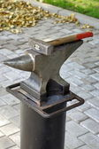 Anvil and hammer. — Stock Photo