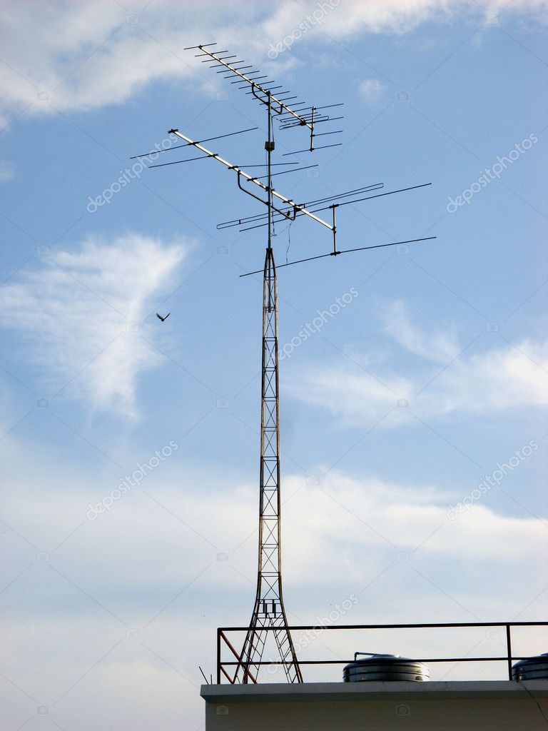 High gain rooftop TV antennae mounted on mast,  Foto Stock #4259107