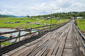 The path on the wooden bridge — Foto Stock