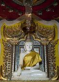 Mármol blanco de estatua de buda — Foto de Stock