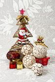 自然樹皮とクリスマス ツリーの白いボール — ストック写真