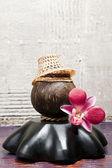 Une noix de coco avec thai tisser chapeau — Photo