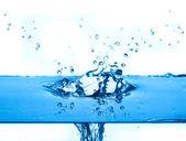 Bleu eau éclaboussant fond blanc — Photo