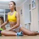 chica sentada con pelota de voleibol en el gimnasio — Foto de Stock