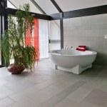 Красивый интерьер современной ванной комнаты — Стоковое фото