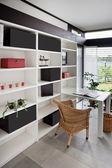 现代室内装饰的家庭办公室 — 图库照片