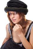 довольно молодая женщина с чёрным капотом — Стоковое фото