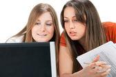 Laptop ile iki öğrenci kız — Stok fotoğraf