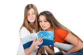 两个年轻的快乐学生女孩 — 图库照片