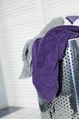 Vuile handdoeken in een wasmand — Stockfoto