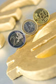 Monedas de euro en un símbolo del euro — Foto de Stock