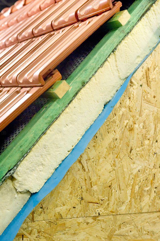Isolation thermique dun toit de maison photographie for Isolation d un toit