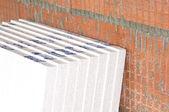 Izolační desky na zdi na staveništi — Stock fotografie