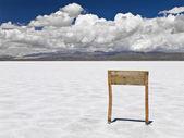 Träskylt i salt hav — Stockfoto